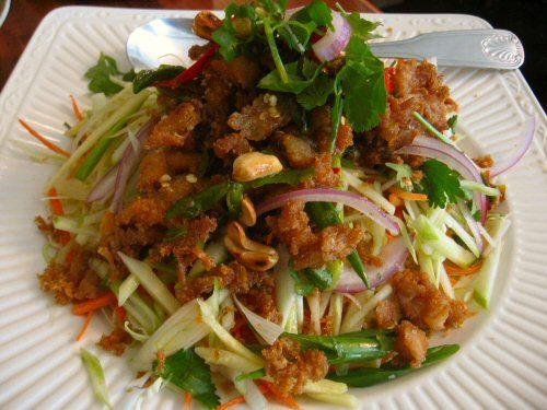 Salade de poisson chat (ou poisson d'eau douce) croustillant à la mangue verte (Yam Pla Duk Fu) (ยำปลาดุกฟู)